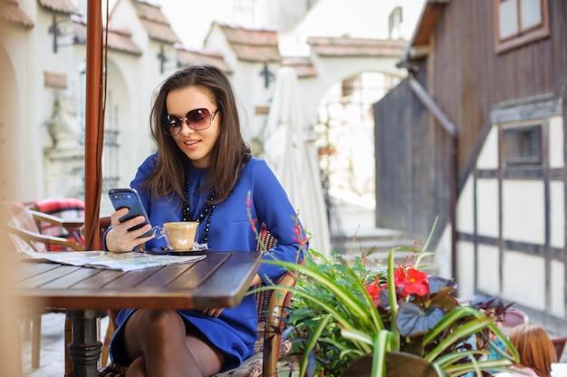 Mujer en el café con una taza de café