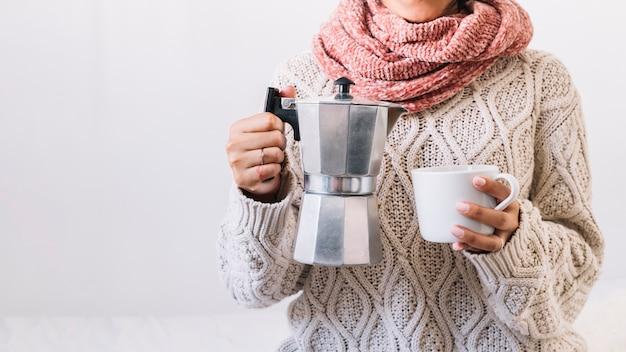 Mujer con cafetera y taza