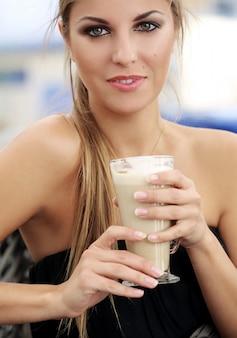 Mujer en la cafetería tomando café