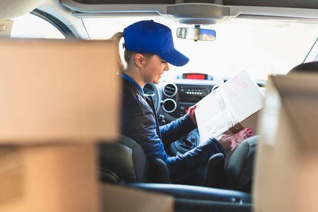 Mujer con caja llena en el coche