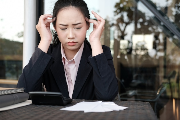 Mujer calculando facturas domésticas en casa