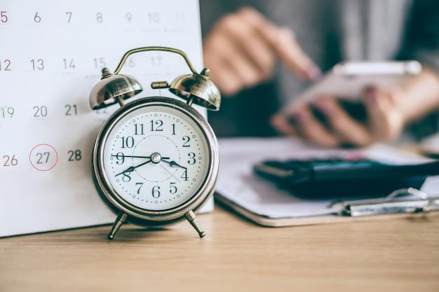 Mujer calculando gastos en fecha de vencimiento