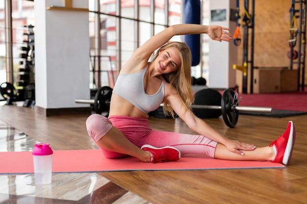 Mujer calentando antes de entrenar