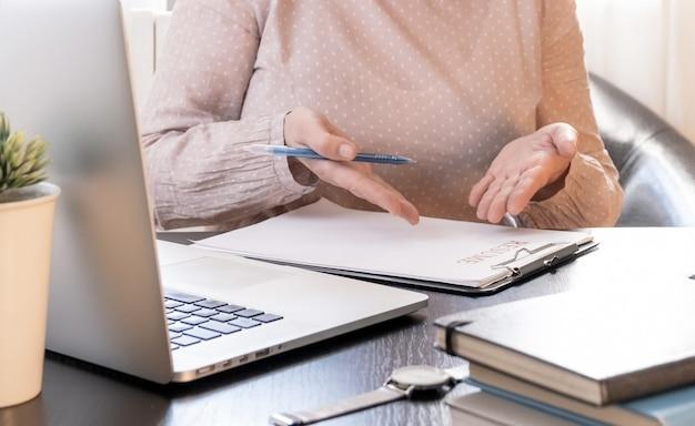Mujer calificada que se comunica en línea, estudia a distancia o trabaja en la oficina de contratación.