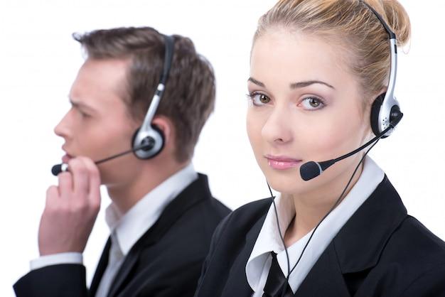 Mujer en call center operador sonriente con auriculares de teléfono.