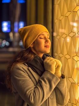 Mujer en la calle pide un deseo para el año nuevo 2020