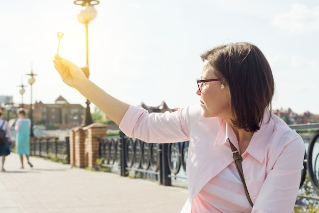 Mujer en la calle tiene llave en la mano