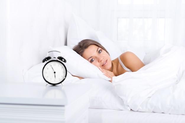 Mujer, en cama, despertar