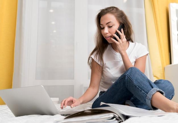 Mujer en la cama con laptop