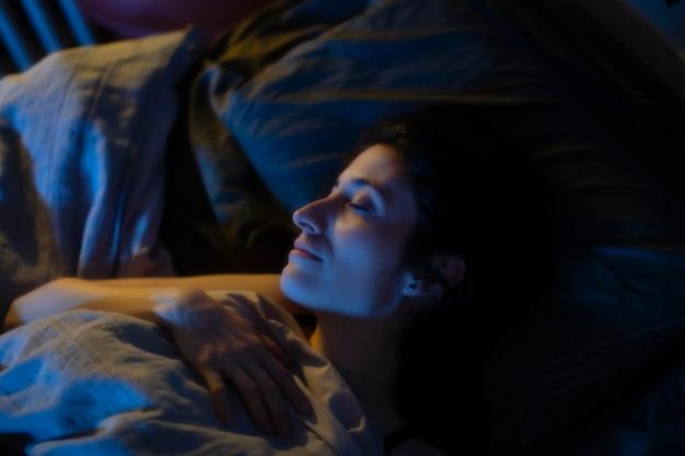 Mujer, en cama, con, misterioso, dormitorio, luces