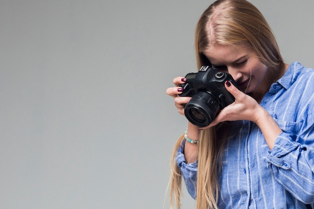 Mujer con cámara foto y copia espacio