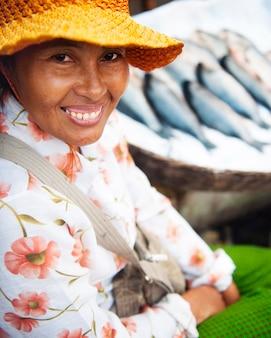 Mujer camboyana vendiendo pescado en un mercado