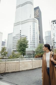Mujer camina por las calles de chicago