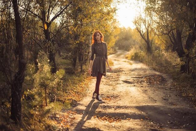 La mujer camina en el parque