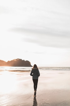 Mujer caminando cerca del mar