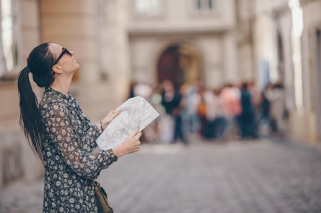 Mujer caminando en la ciudad. joven turista atractivo al aire libre en ciudad italiana