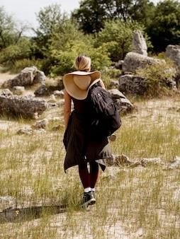 Mujer caminando en la naturaleza