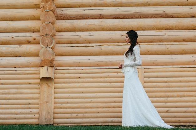 Mujer caminando con su vestido de novia