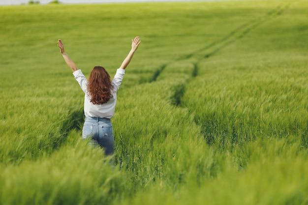 Mujer en camisa azul en un campo de verano