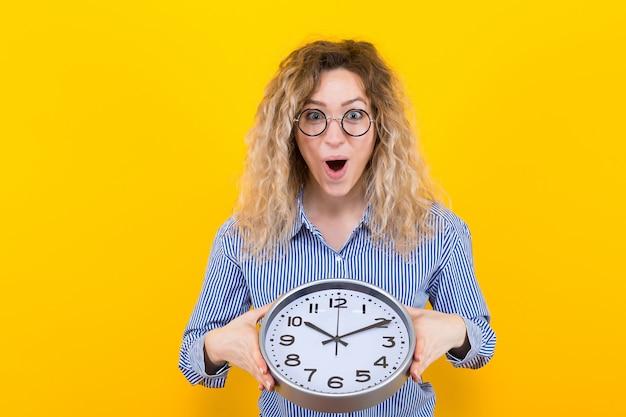 Mujer en camisa con relojes