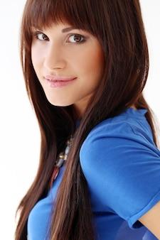 Mujer con camiseta azul y collar
