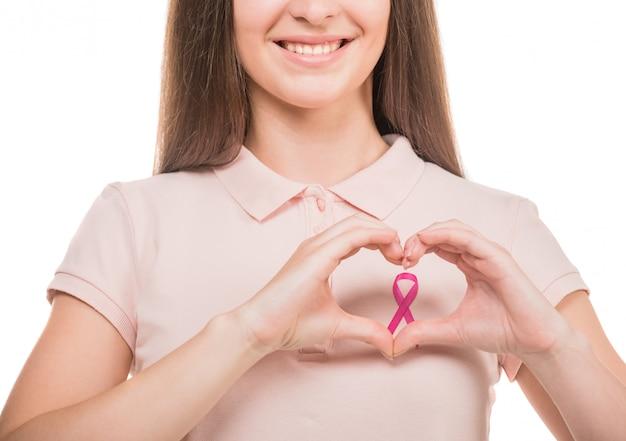 Mujer en camiseta en blanco con cáncer de mama rosa.