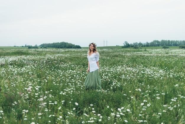 Una mujer en un campo de manzanillas