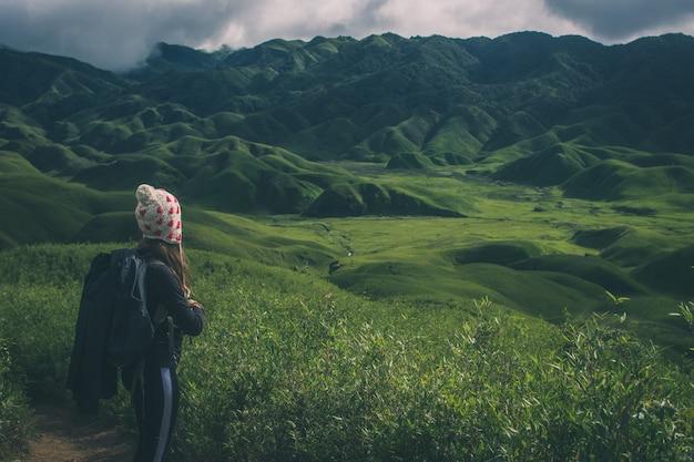 Una mujer canadiense de senderismo en el valle dzukou de nagaland