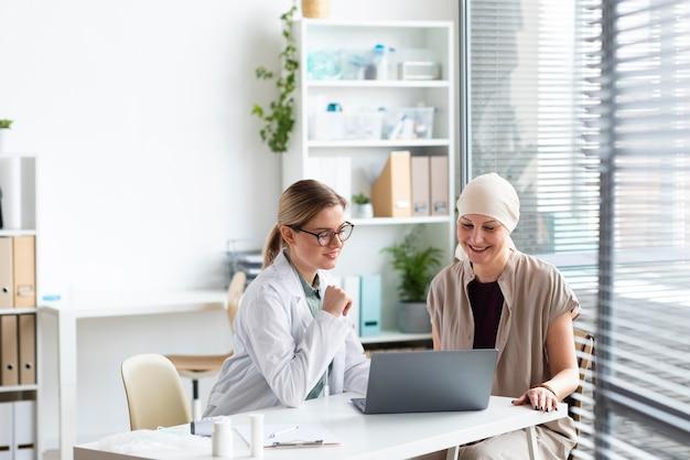 Mujer con cáncer de piel hablando con el médico