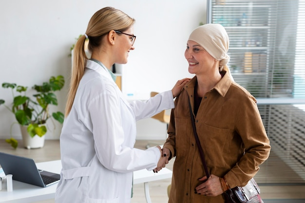 Mujer con cáncer de piel hablando con su médico