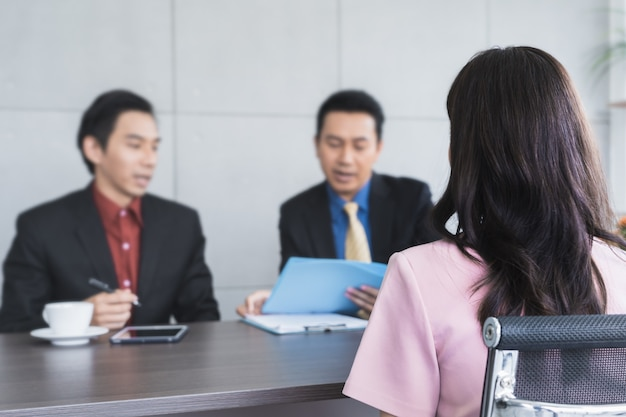 Mujer candidata asiática en la contratación de trabajo entrevista con recursos humanos