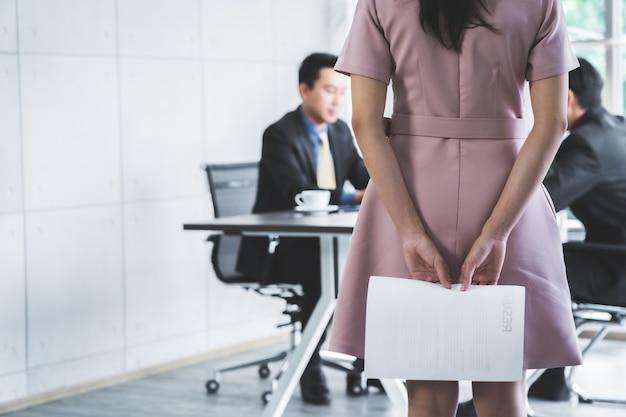 Mujer candidata asiática preparándose para una entrevista de trabajo con rr.
