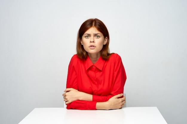Mujer cansada con una camisa roja