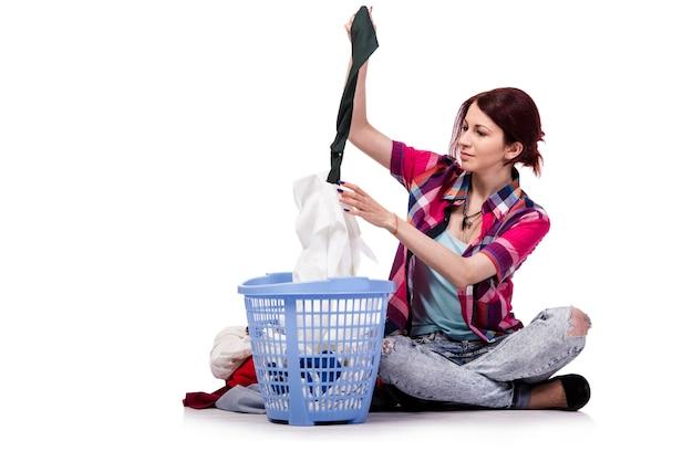 Mujer cansada después de lavar la ropa aislado en blanco