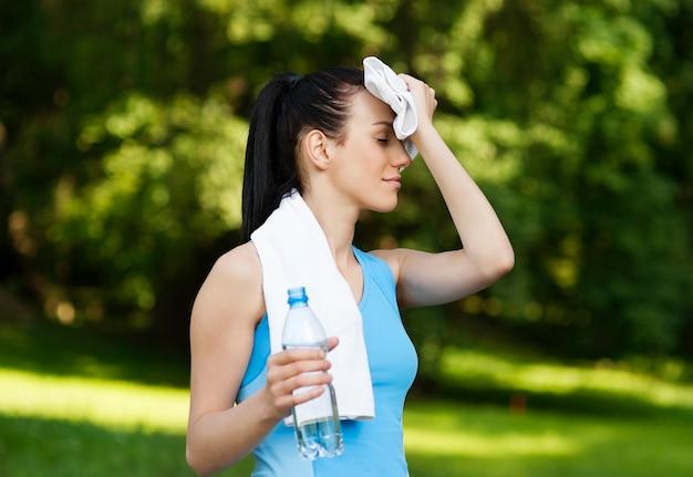 Mujer cansada después de trotar