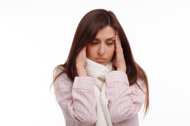 Mujer cansada con fiebre alta