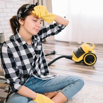 Mujer cansada en el piso