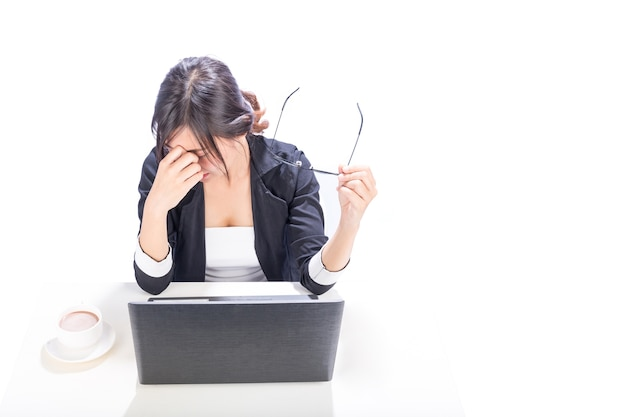 Mujer cansada de trabajo de oficina