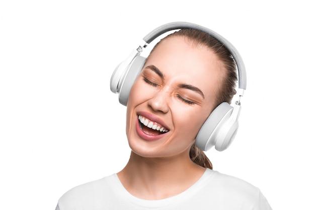Mujer cantando en auriculares.