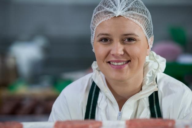Mujer carnicero en fábrica de carne