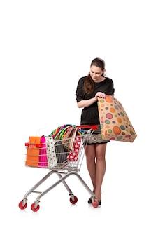 Mujer con carro de compras y bolsas aisladas en blanco