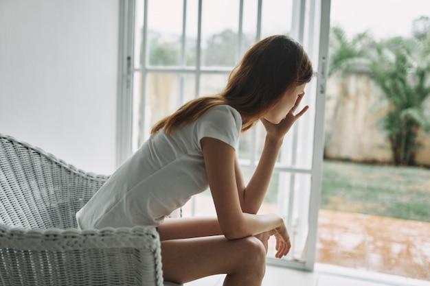 Mujer en casa depresión insatisfacción soledad interior