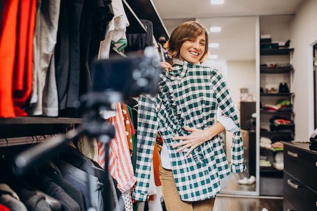 Mujer en casa eligiendo ropa de su check-room