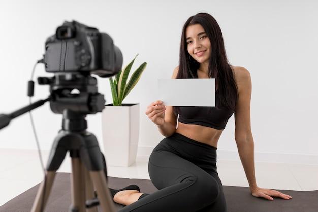Mujer en casa vlogs mientras hace ejercicio