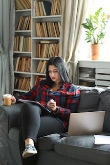 Mujer en casa