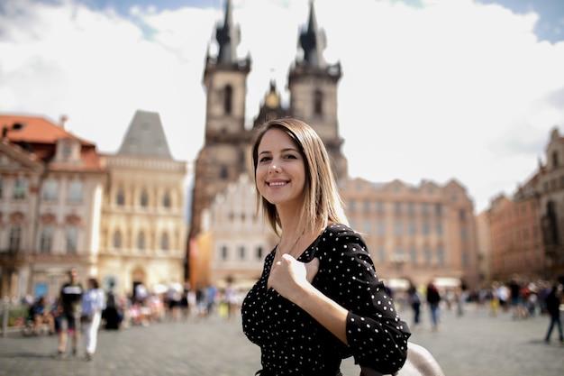 Mujer en el casco antiguo de praga, república checa