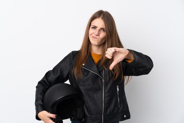 Mujer con casco de moto sobre pared aislada