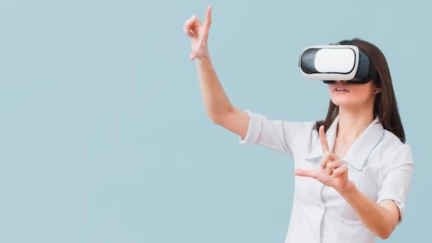 Mujer con casco de realidad virtual con espacio de copia