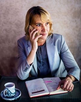 Mujer casual está hablando por teléfono