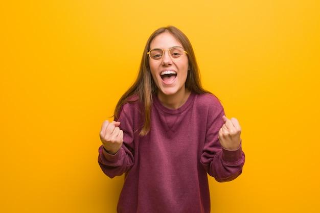 Mujer casual joven sorprendida y sorprendida